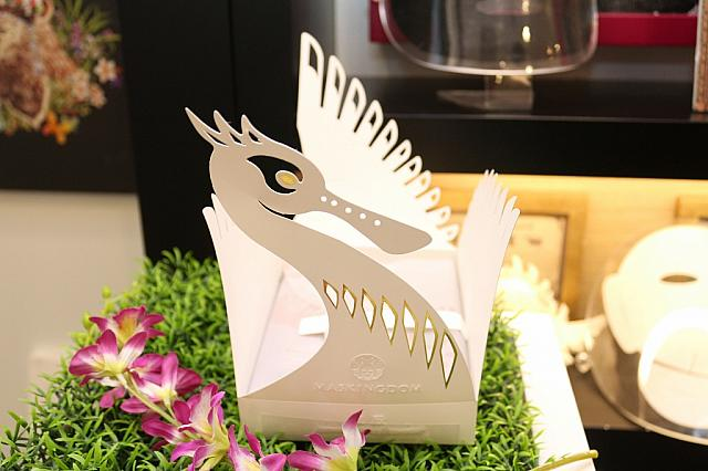 台湾にやってくる渡り鳥クロツラヘラサギをイメージした洪新富 デザインのパッケージ。台湾に来るときは真っ白だけど越冬のため日本をはじめとした各国へ渡る時には胸元が黄金色変わることから、「台湾に来て輝く思い出と共に持ち帰ってね」という思いが込められているとか…