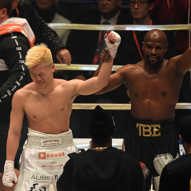 兩分鐘贏得 900 萬美元!梅威瑟一回合就擊倒日本格鬥神童 4 次,那須川天心:「我盡全力出拳,雖然我根本打不到他。」