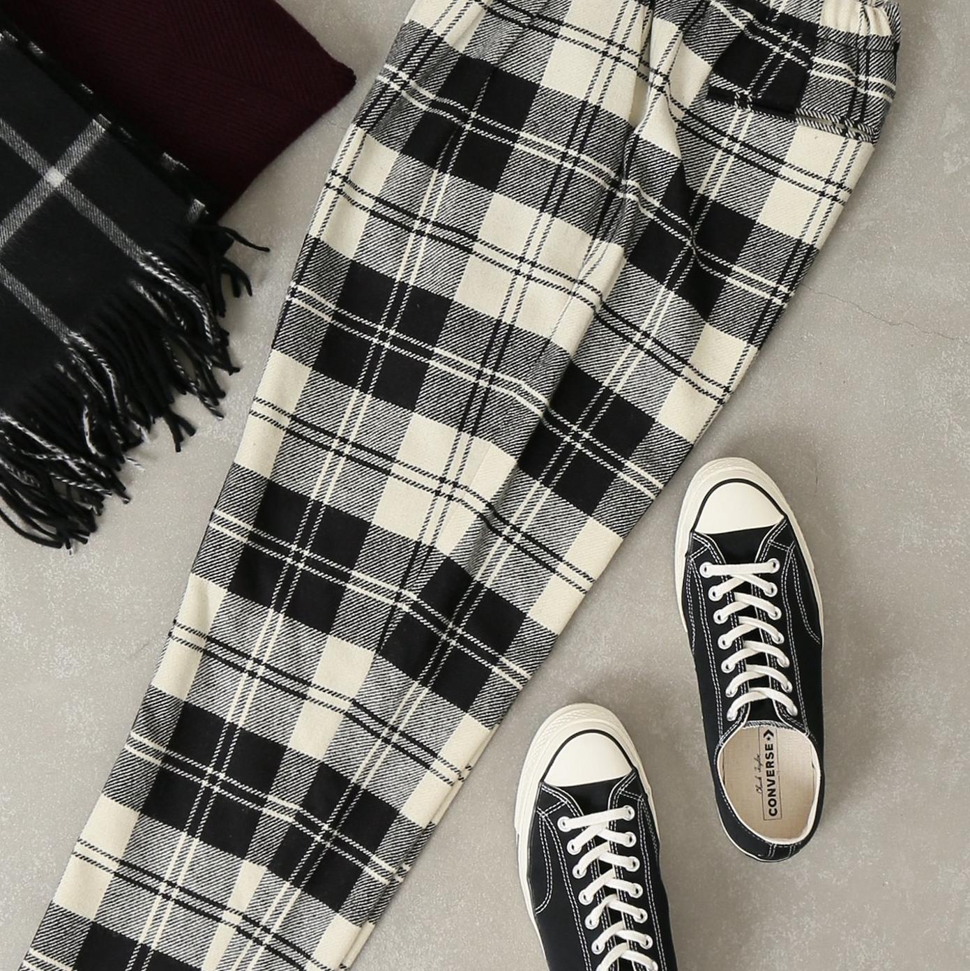 <p>簡單穿搭「格紋長褲」不再煩惱!一律用黑色上衣也能完成焦點造型</p>