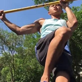 <p>公園運動好簡單!背部單槓訓練4招</p>