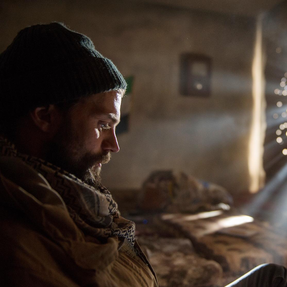 傳奇戰地攝影記者竟成劇照師 傑米道南:「我演的角色正在拍我!」