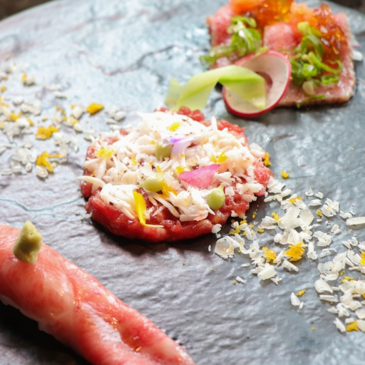 融合燒肉、和牛壽司和懷石三大料理!用 3500 元套餐價格一次品嚐到日本和牛、魚子醬、煙燻鮭魚等世界頂級食材