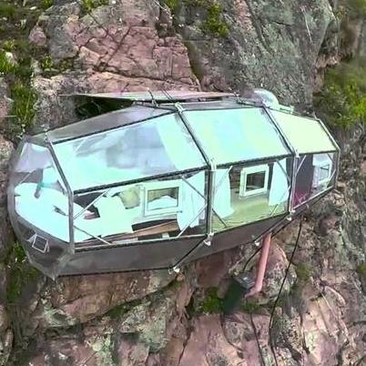 睡個覺也要這麼拼!秘魯冒險天空膠囊旅館!想入住還要先攀岩20分鐘!