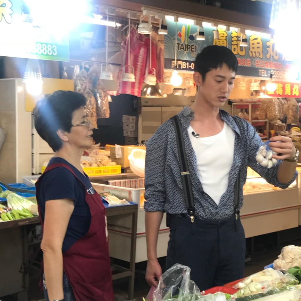 <p>與餓的距離!視帝吳慷仁為電影《非分熟女》宣傳到南門市場買菜!</p>