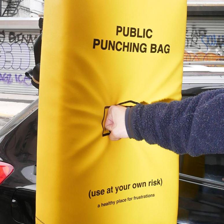 拋下束縛就在街上拳打腳踢!紐約街頭出氣沙包每個都市可能都需要!