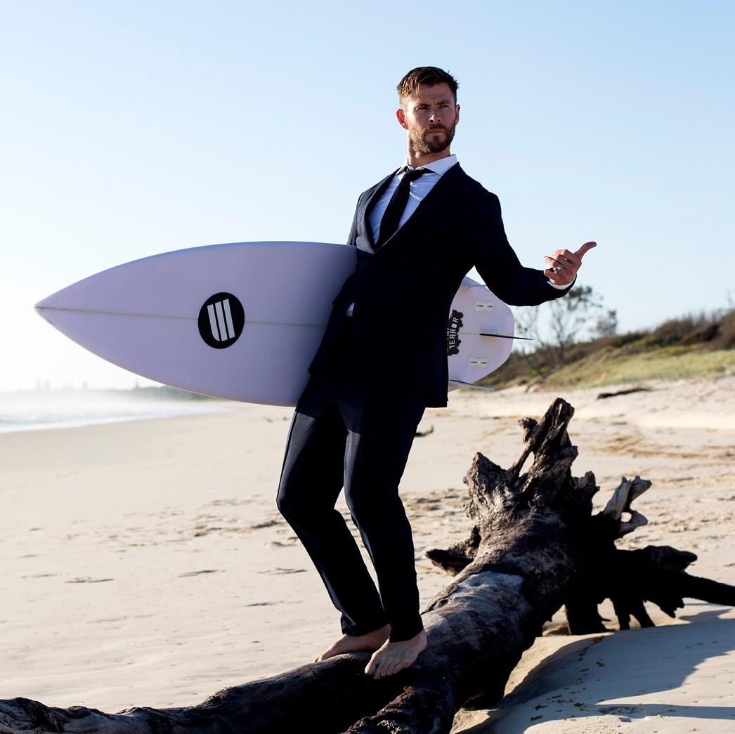 「雷神」Chris Hemsworth身穿 BOSS「可水洗西裝」展開夏日衝浪挑戰!