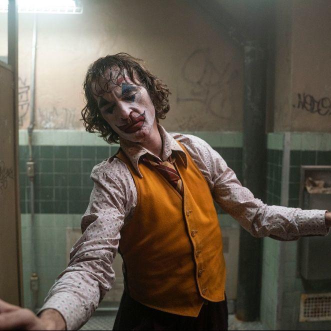 震撼人心的轉捩點!瓦昆「這一段即興表演」,讓驚慌失措的亞瑟轉變成泰然自若的小丑