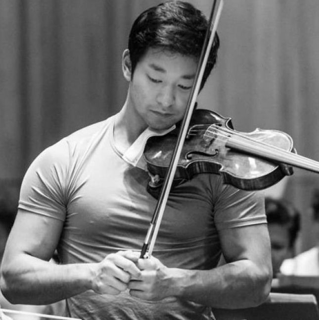 日裔美籍男小提琴家!拉琴忍不住一直看他二頭肌!