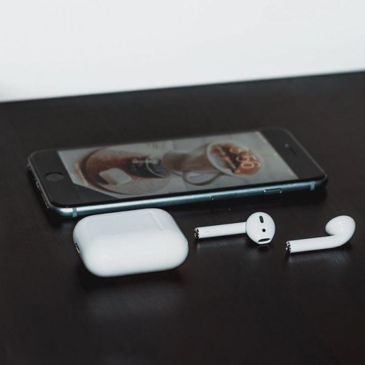 <p>有傳Apple正研究iPhone12和AirPods組合式發售</p>